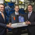 5700 kg wiegt das BHKW-Baby. Symbolische Inbetriebnahme durch Tobias Dreißigacker, Michael Müller und Michael Geilster (v.l.n.r.)
