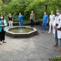 Senatorin Dilek Kalayci (links) mit Führungskräften des SJK im Krankenhausgarten. Foto: SenGPG