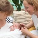 Stillberaterin Bettina Kraus kümmert sich um ein Neugeborenes und die Mutter
