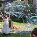 Eine Seifenblasenkünstlerin zog die Besucher in den Bann
