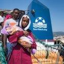 Gerettete Eritreer verlassen in Italien die »Sea-Watch 3, darunter auch Frauen mit Babies. Foto: Grodotzki