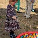 Entenangeln war eine der Attraktionen beim Kinderfest, hier probiert es eine junge Besucherin. Foto: P. Lüdemann