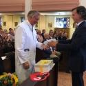 Bis zum Ruhestand im weißen Arztkittel: Geschäftsführer Tobias Dreißigacker bedankt sich bei Prof. Dr. Thomas Poralla  für die langjährige gute Zusammenarbeit.