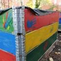 Befüllt und bemalt. Kinder und Jugendliche der SGKJ haben Hochbeete gebaut.