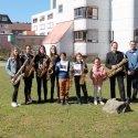 Das junge Orchester mit Workshopleiter Wolfgang Kogler und Erlebnispädagoge Donald Schiemann