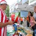 Fußballbegeisterte kaufen Lose am Stand der Kinderklinik
