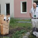 Der Bildhauer Knuth Seim und eine der von Jugendlichen gefertigten Holzskulpturen