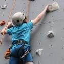Es erfordert Mut und Geschicklichkeit, die neun Meter hohe Wand zu erklimmen