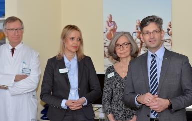 Bezirksstadtrat Oliver Schworck, die beiden Chefärztinnen Dr. Elke Johnen und Dr. Eckardt-Felmberg sowie Prof. Dr. Thomas Poralla