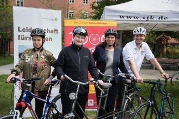 Auf zur Fahrradtour nach der Spendenübergabe: Celine und Luca, Senatorin Scheeres und Erlebnispädagoge Donald Schiemann (v.l.n.r.)