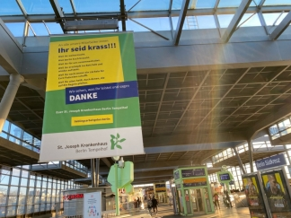 Plakataktion des SJK auf dem Bahnhof Südkreuz.