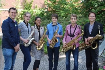Erlebnispädagoge Donald Schiemann (l.) und Saxophonist Wolfgang Kogler (r.) ermöglichten den Jugendlichen einen ersten Ausflug in die Welt der Saxophonmusik