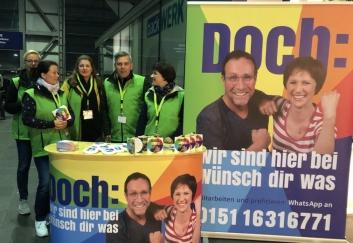 Das Team von SJK und FKH wirbt am Bahnhof Ostkreuz für den Pflegeberuf.