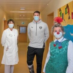 Handballstar Frederik Simak, Fräulein Schleife von den Clowns und Chefärztin Dr. Beatrix Schmidt. Foto: Luca Abbiento