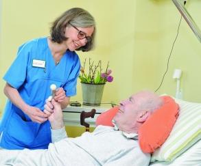 Dr. Elke Johnen im Patientengespräch. Foto: Werner Popp