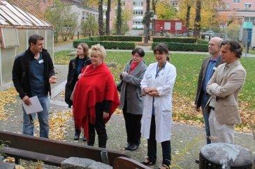 Mechthild Rawert (Mitte) und ihre Mitarbeiterinnen im Gespräch mit Tobias Dreißigacker, Dr. Hans Willner, Dr. Beatrix Schmidt (v.r.n.l.) und Erlebnispädagoge Donald Schiemann.