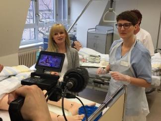 Reporterin Alexandra Melchior und die Auszubildende Cara Nadolny