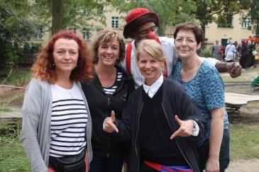 Gruppenbild mit Clown: Die 4 Organisatorinnen des Kinderfestes Sylvia Heeder, Stefanie Strube, Katie Lausch und Beate Wild