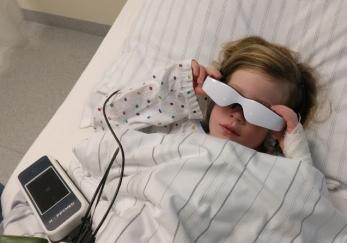 Auch auf Kinder hat die Happymed-Brille eine beruhigende Wirkung. Foto: Happymed
