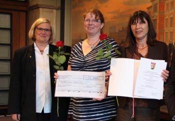 Bezirksbürgermeisterin Angelika Schöttler mit den Preisträgerinnen Corinna Ehrhardt und Dr. Beatrix Schmidt