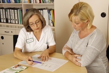 Dr. Elke Johnen im Patientengespräch