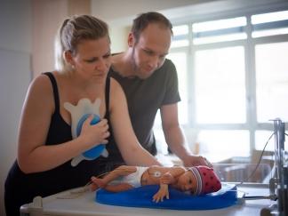 Die bionische Hightech-Matratze vermittelt Neugeborenen auch im Inkubator das Gefühl des direkten Hautkontaktes mit den Eltern.
