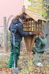 Ein Futterplatz für die heimischen Vögel im Sinnesgarten des St. Joseph Krankenhauses