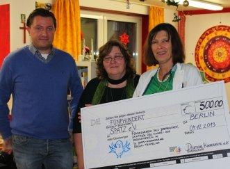 Mitarbeiter der Kinderhilfe überreichen an Dr. Beatrix Schmidt einen Scheck über 500 Euro