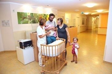 Junge Familie auf der Wochenbettstation des SJK