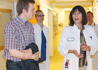 Chris Landmann beglückwünscht Dr. Beatrix Schmidt zum 20. Jubiläum der Kinderklinik im Namen des Regierenden Bürgermeisters Michael Müller