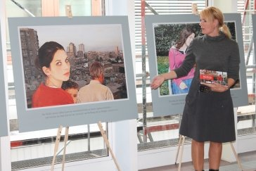 Prof. Dr. Sylvia Vandermeer zeigt ihre Bilder im Krankenhausfoyer