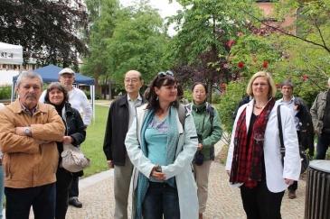 Auch Bezirksbürgermeisterin Angelika Schöttler (rechts) besuchte den Sinnesgarten und das BHKW
