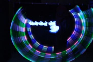 Lichtspiel im Dunkeln beim Schwarzlichttheater