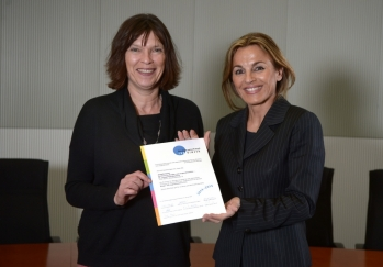 Michaela Noll überreicht Dr. Beatrix Schmidt die Zertifikatsurkunde