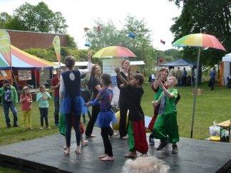 Der Auftritt der kleinen Akrobaten / Foto: Donald Schiemann